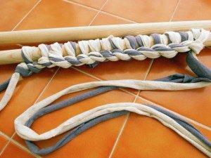 como hacer bolsos de trapillo con dos agujas